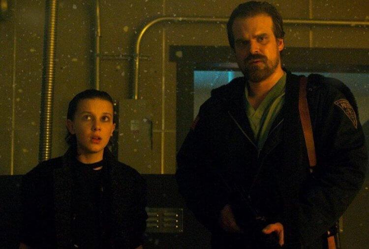 Netflix 話題影集《怪奇物語》第三季中由米莉芭比布朗飾演的伊萊雯與大衛哈伯飾演的哈普警長。