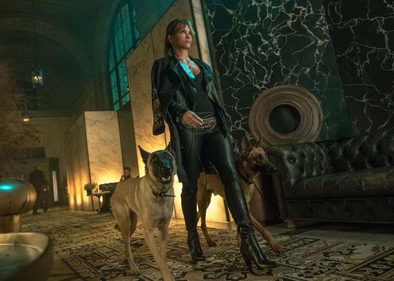 《捍衛任務 3:全面開戰》中由荷莉貝瑞飾演的神祕女殺手「蘇菲亞」。