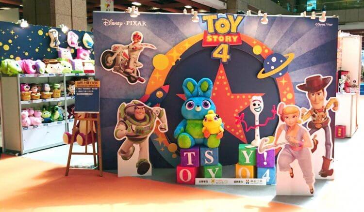迪士尼動畫電影《玩具總動員 4》的眾多玩具與周邊也都在 2019 台北電影玩具展:華航玩具攤位上盛大展售。