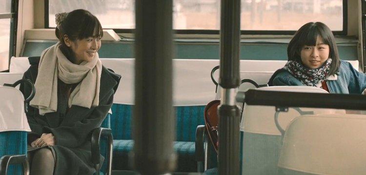 《最初的晚餐》齊藤由貴飾演的秋子、森七菜飾演年幼的美也子。