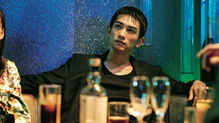 BL 劇爆紅成天菜!町田啓太電影《想見你的愛》扮黑道老大耍狠使壞。