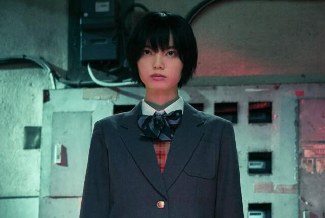 《三角窗外是黑夜》電影版的非浦英莉可由新銳女星平手友梨奈飾演。