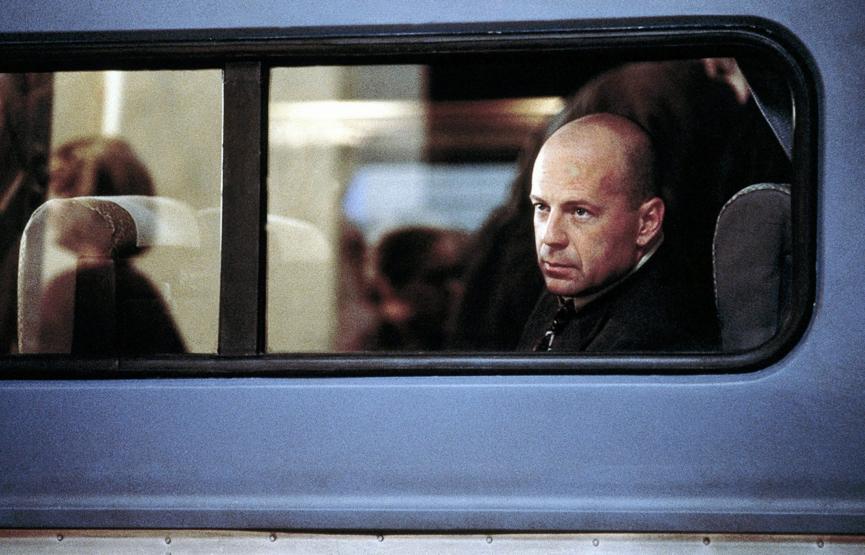 奈沙馬蘭驚悚超級英雄電影宇宙三部曲之一:2000 年的《驚心動魄》,圖為該片主角布魯斯威利。