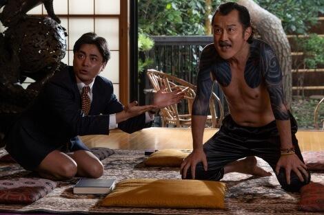 吉田鋼太郎驚喜客串 Netflix《AV 帝王》(全裸監督)和山田孝之飾演尚未發跡的村西透有逗趣互動。