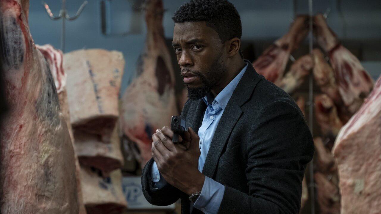 「黑豹」查德威克鮑斯曼動作電影《暴走曼哈頓》(21 Bridges) 飾演為追緝殺警惡徒不擇手段的勇猛警探。