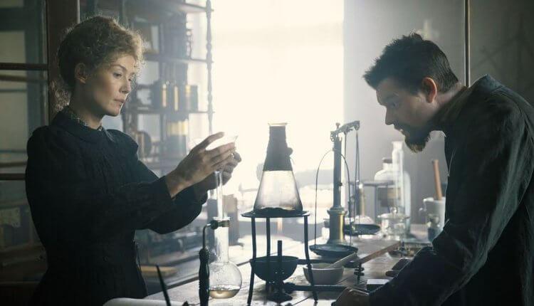 電影《居禮夫人:放射永恆》(Radioactivity) 由 羅莎蒙派克(裴淳華 / Rosamund Pike)詮釋瑪麗亞斯克沃多夫斯卡–居禮 (Marie Skłodowska-Curie)。