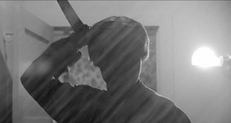 1961 年由希區考克執導,珍妮李、安東尼柏金斯主演的《驚魂記》經典畫面。