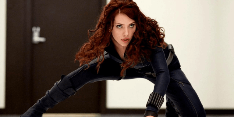 《鋼鐵人 2》中首度登場的美艷女特工「黑寡婦」娜塔莎羅曼諾夫(史嘉蕾喬韓森 飾)。