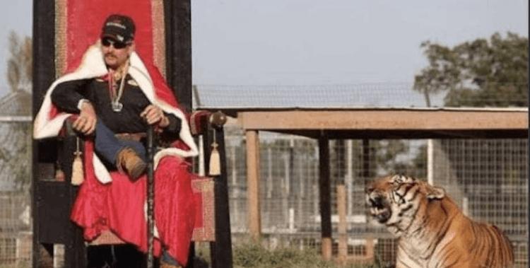 異國喬自稱虎王,飼養許多貓科猛獸。