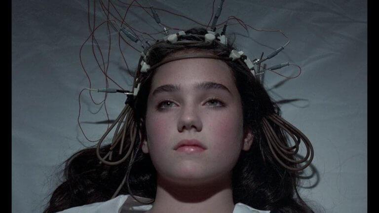 珍妮佛康納莉出道翌年便主演驚悚電影《驚變》。