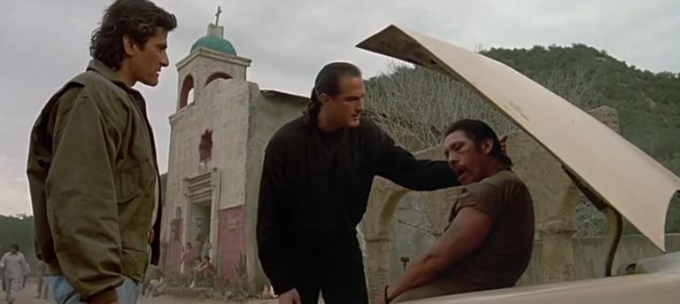 《天龍戰警》甫一開場,席格便狠狠教訓了丹尼崔喬一頓。