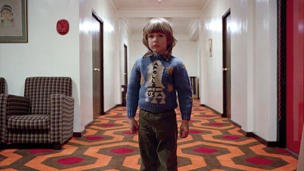 《鬼店》(The Shining) 中穿著阿波羅 11 號火箭毛衣的丹尼