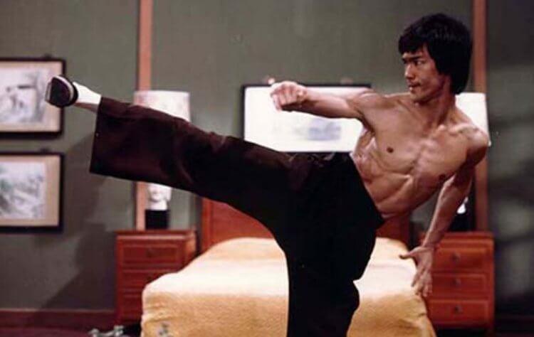 時到今日仍蔚為粉絲津津樂道的李小龍經典側踢姿勢。