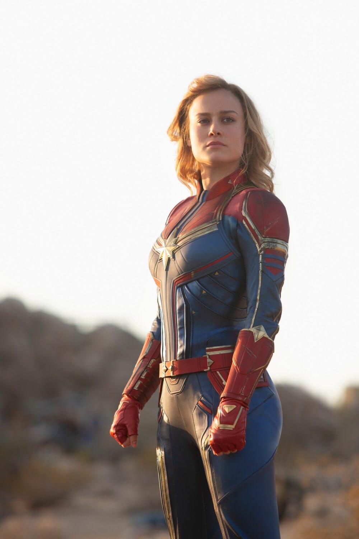 驚奇隊長的新服裝在肩膀的部分更加明顯,似乎還有著裝甲的設計,而部分細節的金色配色也更加明顯。