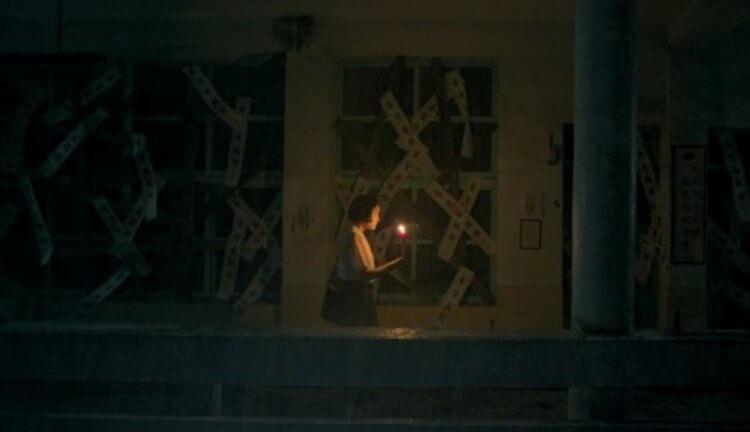 真人電影《返校》劇照,方芮欣在頹圮校園中找尋線索的畫面依舊,但故事主軸與遊戲有不同發展。