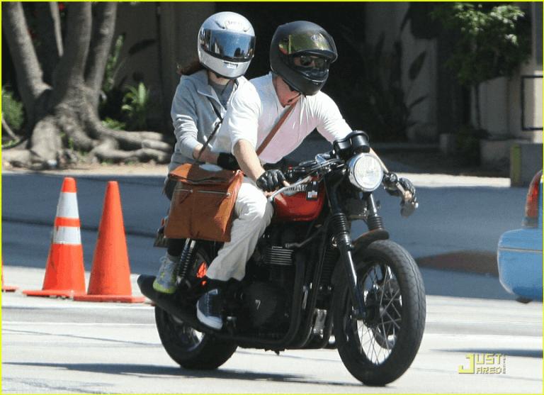 你看得出來這是雷諾斯正載著喬韓森嗎?