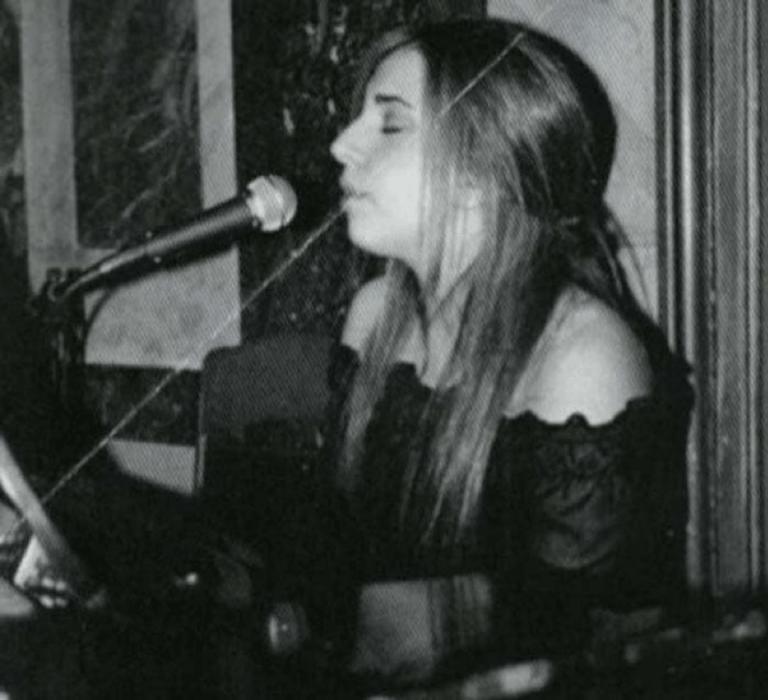 大學時期的女神卡卡 (Lady Gaga) 曾趁課餘時間至當地酒吧駐唱,磨練表演機會。