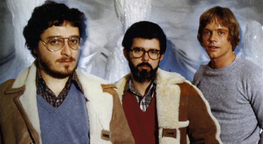 當年拍攝《星際大戰》 電影 時,在冰洞布景裡所留下 勞倫斯卡斯丹 (左)、 喬治盧卡斯 (中 )與雪怪早午餐 (右) 的合影。