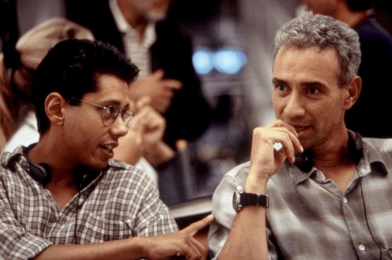 拍攝《 酷斯拉 》當時的 編劇 兼 監製 狄恩戴佛林 (左) 與 導演 羅蘭艾默瑞奇 (右) 合影。