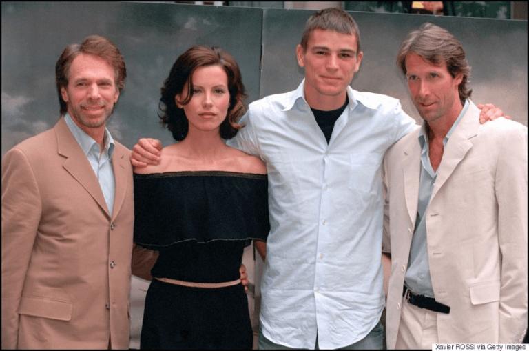 2001 年《珍珠港》電影全球宣傳活動時的主演陣容合影,右為導演麥可貝。