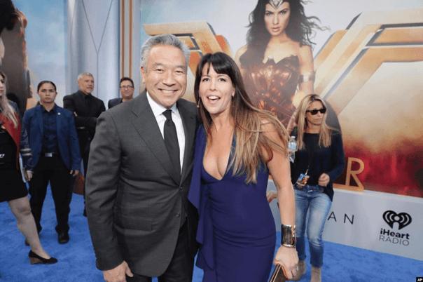 時任華納 CEO 的辻原凱文與導演派蒂珍金斯在《神力女超人》活動上的合影。