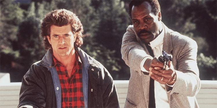1987 年由梅爾吉勃遜、丹尼葛洛佛共演黑白警探的動作聘《致命武器》劇照。