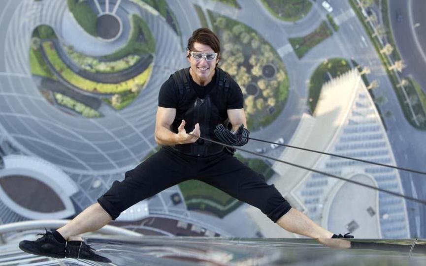 在《 不可能的任務4 》又吊起鋼索的 阿湯哥 。