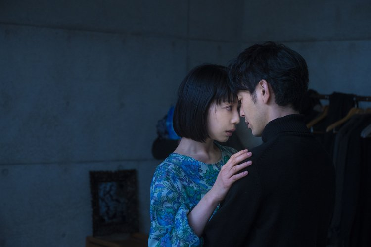 日本電影《慾火烈愛》中,夏帆及妻夫木聰飾演的角色有著不倫關係。