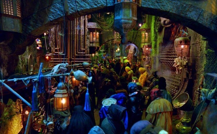 吉勒摩戴托羅執導的《地獄怪客 2:金甲軍團》於 2008 年推出,他獨特的黑暗美學營造出前所未有的特色。