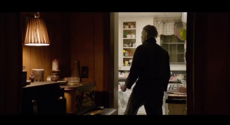接著,《月光光新慌慌》片中,麥克為了取得菜刀而殺害一位母親。