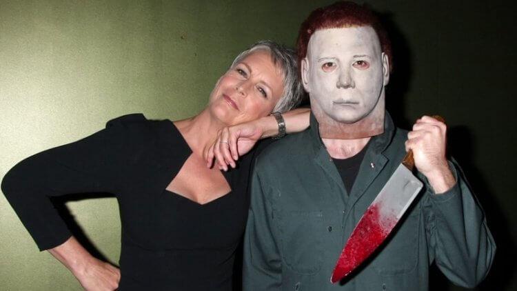 《月光光心慌慌》主演潔美李寇帝斯 (Jamie Lee Curtis)(左),與電影經典殺人魔人物麥克邁爾斯。
