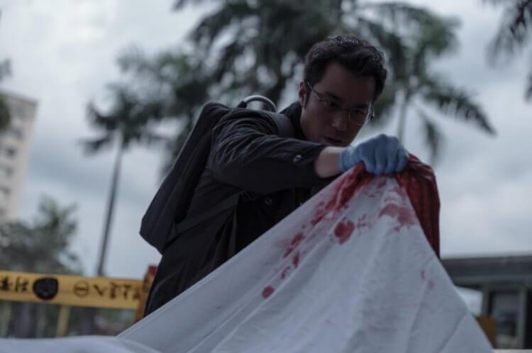 Netflix 台劇影集《誰是被害者》(The Victims's Game) 真實還原案發現場,張孝全飾演患有亞斯伯格症的鑑識官⽅毅任。