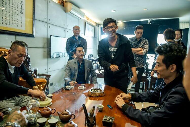 《角頭−浪流連》片場中,導演姜瑞智執導演員。