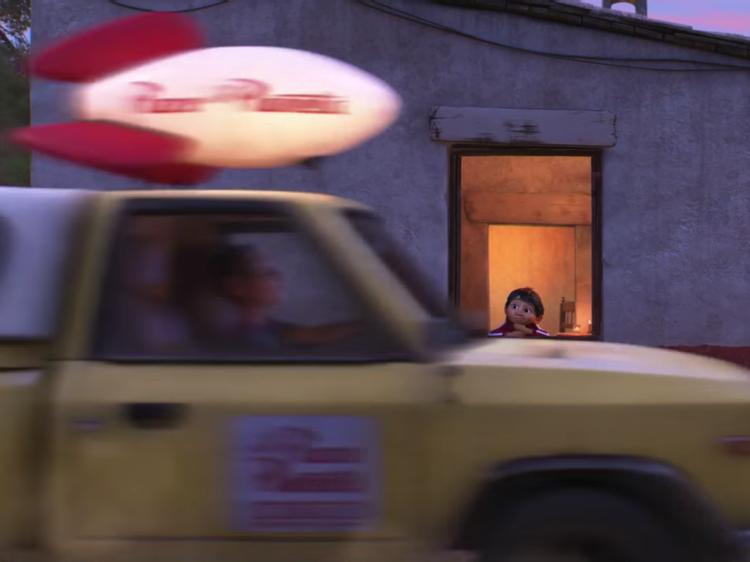玩具總動員 Coco可可夜總會也出現Pizza Planet車呼嘯而過的畫面