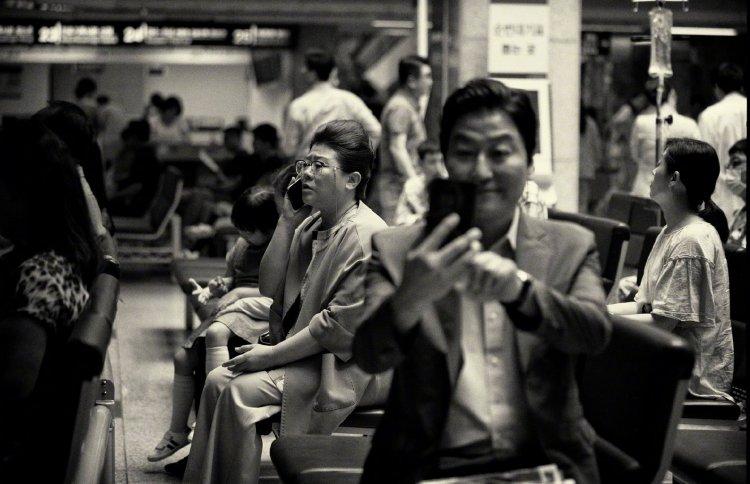 奉俊昊甫獲今年奧斯卡最佳影片的《寄生上流》所推出的黑白版。
