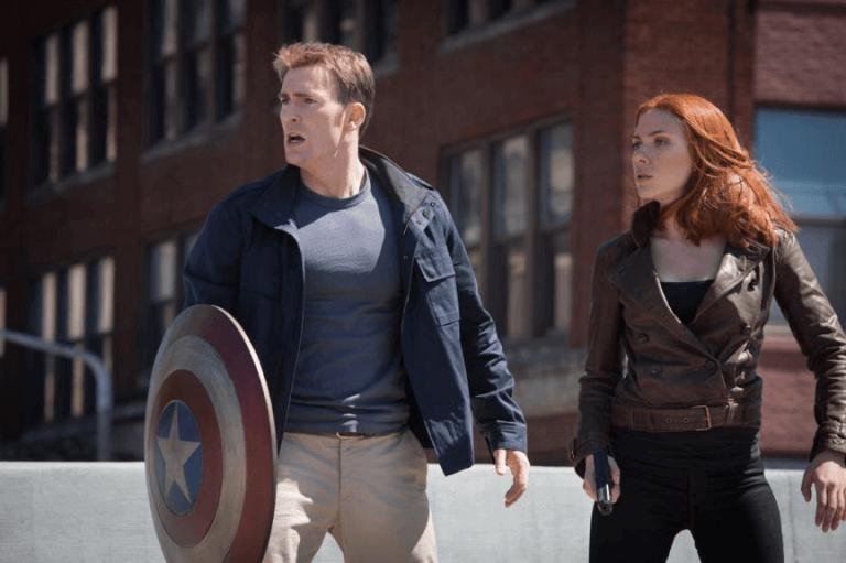 漫威超級英雄電影系列中的美國隊長(克里斯伊凡 飾)以及黑寡婦(史嘉蕾喬韓森 飾)。
