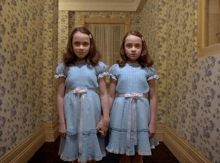 《鬼店》:麗莎與露易絲有句名台詞,「快來跟我們一起玩……」