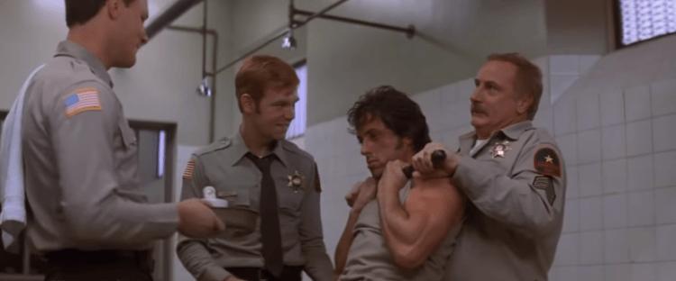 首部《第一滴血》電影中,粗獷打扮的藍波遭警方施虐,反擊的藍波襲警後便展開逃亡。