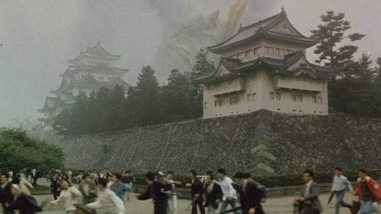 平成哥吉拉系列電影中,1992 年的《哥吉拉 vs 摩斯拉》隕石掉落,瀕臨滅亡末日地球,各處都遭到攻擊。