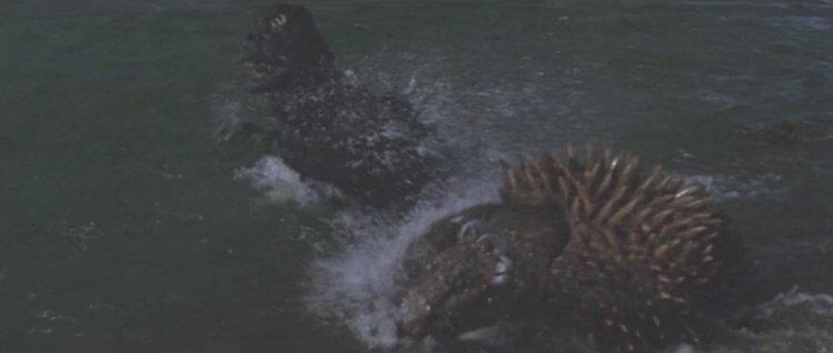 1972 年日本東寶怪獸特攝電影《地球攻擊命令 哥吉拉對蓋剛》,海中移動的怪獸們。