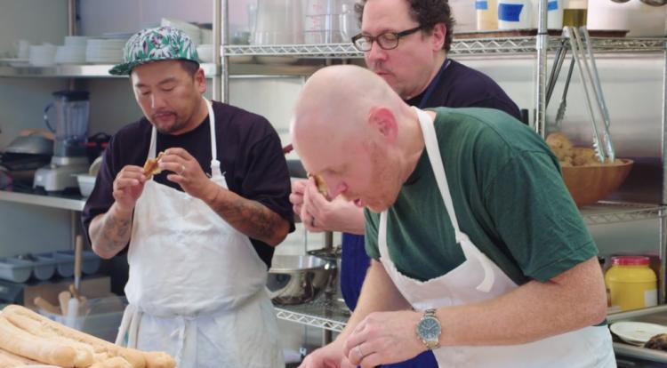 Netflix 網飛美食節目《五星主廚快餐車》中,強法夫洛與崔洛伊及來賓們用最高品質來享用美食──好吃的令人說不出話來。