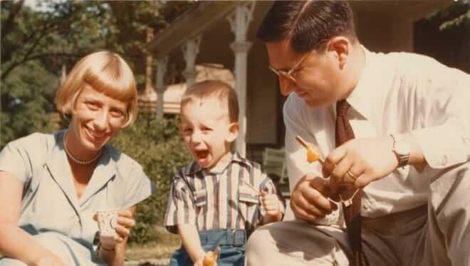 史蒂芬史匹柏 4 歲的時候與雙親合影。