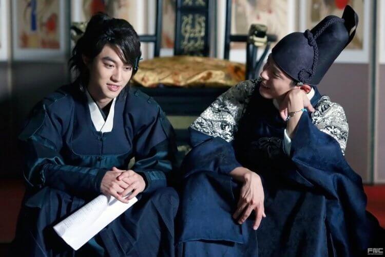《雲畫的月光》郭東延(左)與朴寶劍(右)