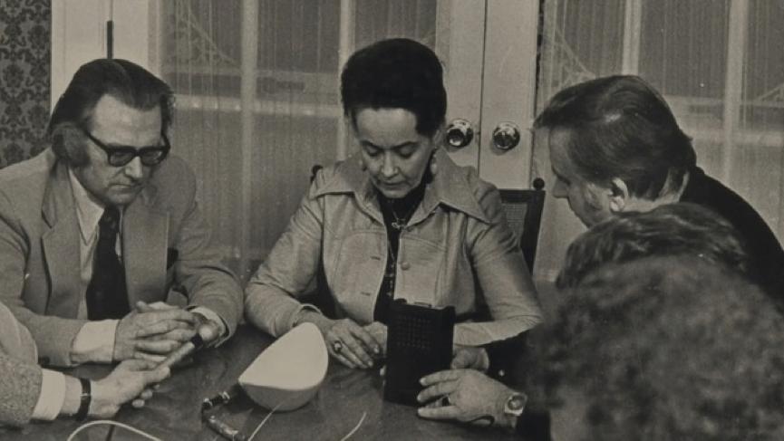 抓鬼專家 華倫夫婦 艾德華倫(左)與蘿琳華倫(中)在 阿米提維爾鬼屋 現場