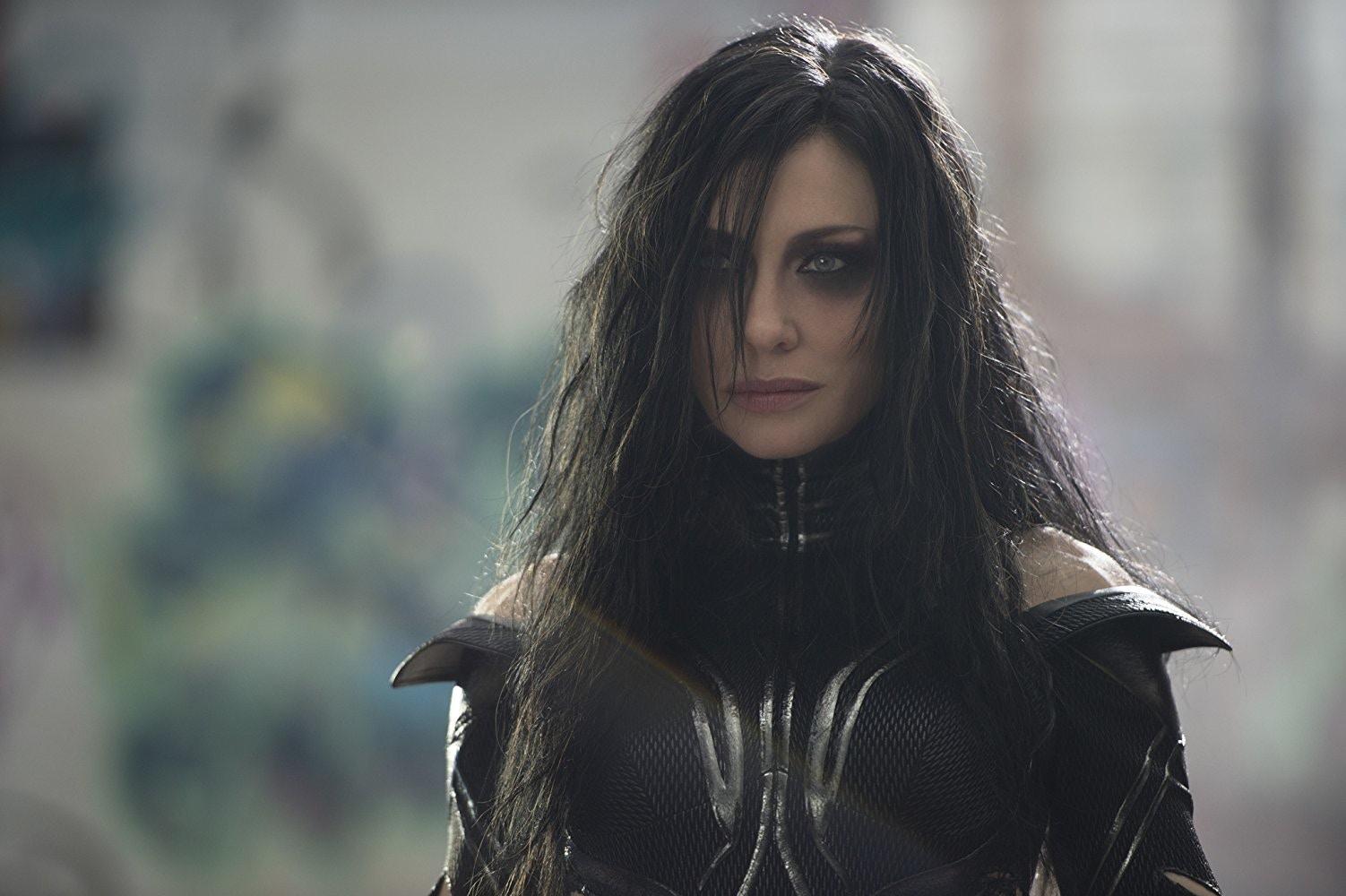 2017 年漫威超級英雄電影《雷神索爾 3:諸神黃昏》中的冥后海拉,也是索爾與洛基的姊姊。