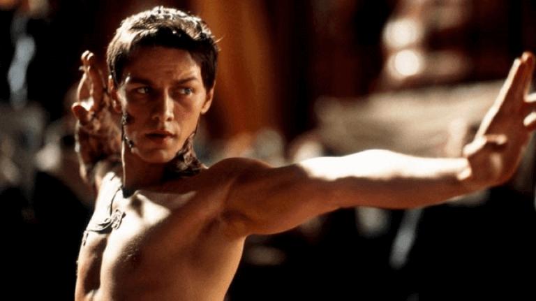 詹姆斯麥艾維 (James McAvoy) 當年主演《沙丘之子》──整部影集裡他常不穿衣服……