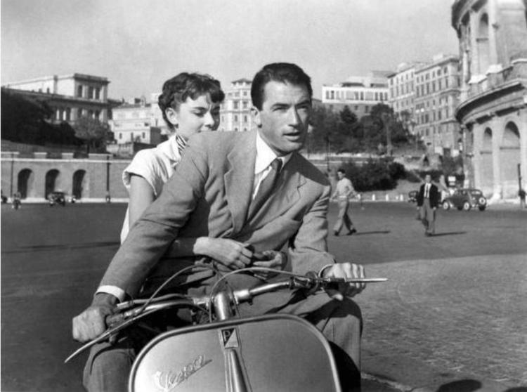 葛雷哥萊畢克 與 奧黛麗赫本 合演了經典名片《羅馬假期》(Roman Holiday)。