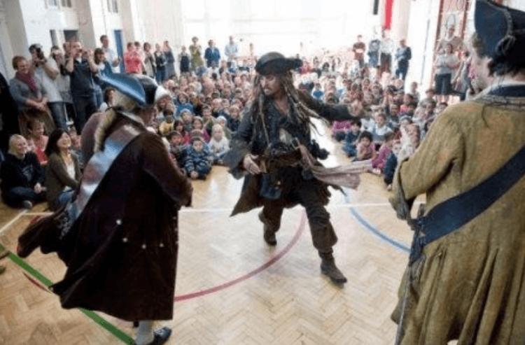 強尼戴普扮演《神鬼傳奇》史傑克船長造訪英國小學