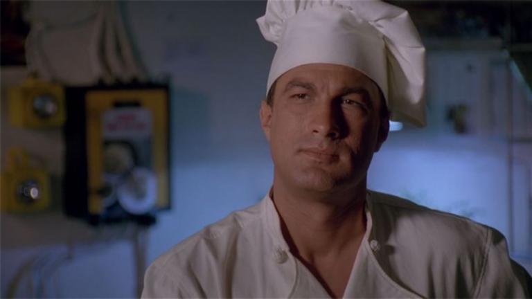 《魔鬼戰將》中,史蒂芬席格所飾演的戰艦大廚凱西雷白。