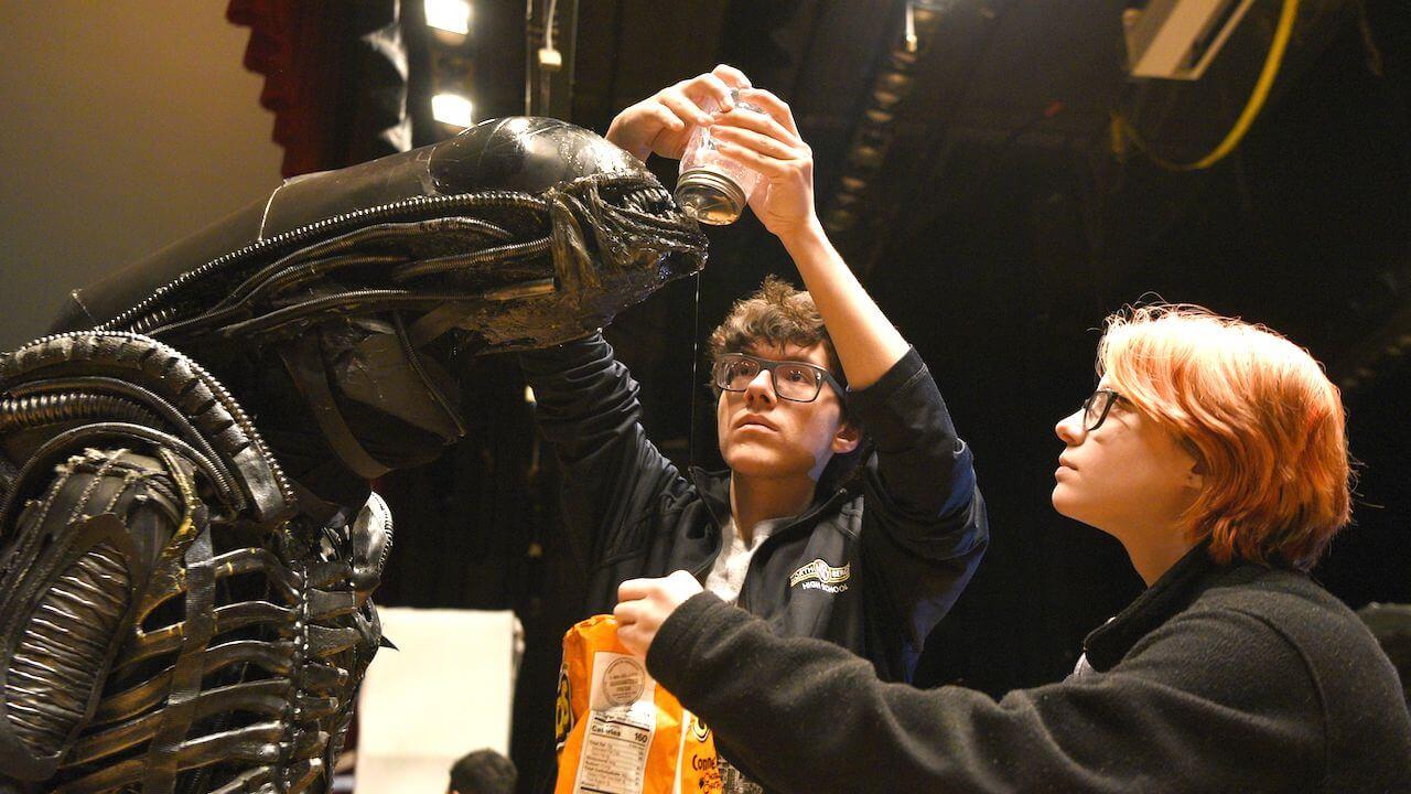 誰說高中成發舞台劇沒搞頭:電影迷師生打造《異形:舞台劇》驚豔詹姆斯卡麥隆、雷利史考特和整個宇宙首圖
